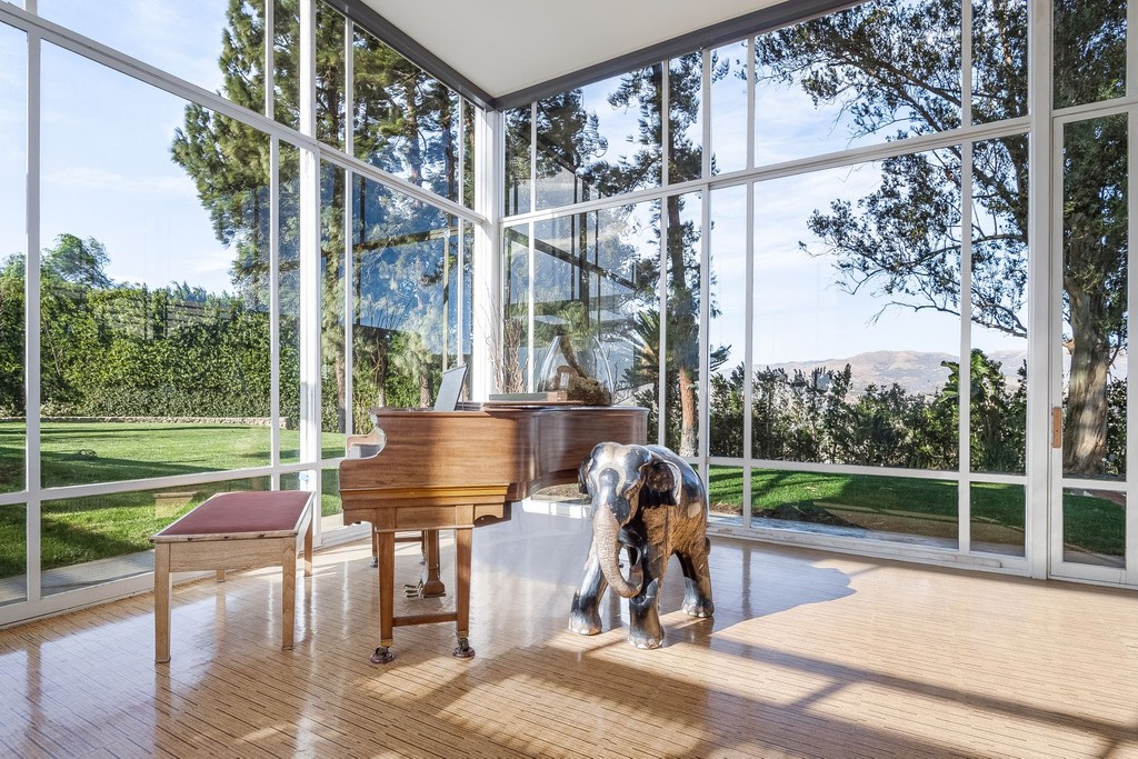 via cottages and gardens frank sinatra former home glass walls with piano via sothebys on the happy list